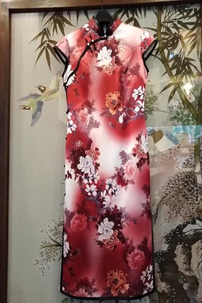 时尚朱色旗袍