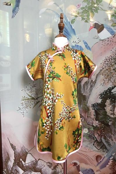 时尚金色旗袍